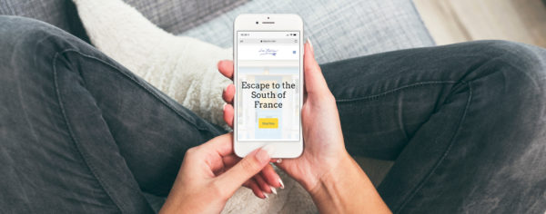 The La Provence website on a mobile phone being held by a set of hands